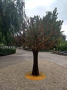 Gedenkboom op begraafplaats Ridderkerk. Het corten staal begint te oxideren