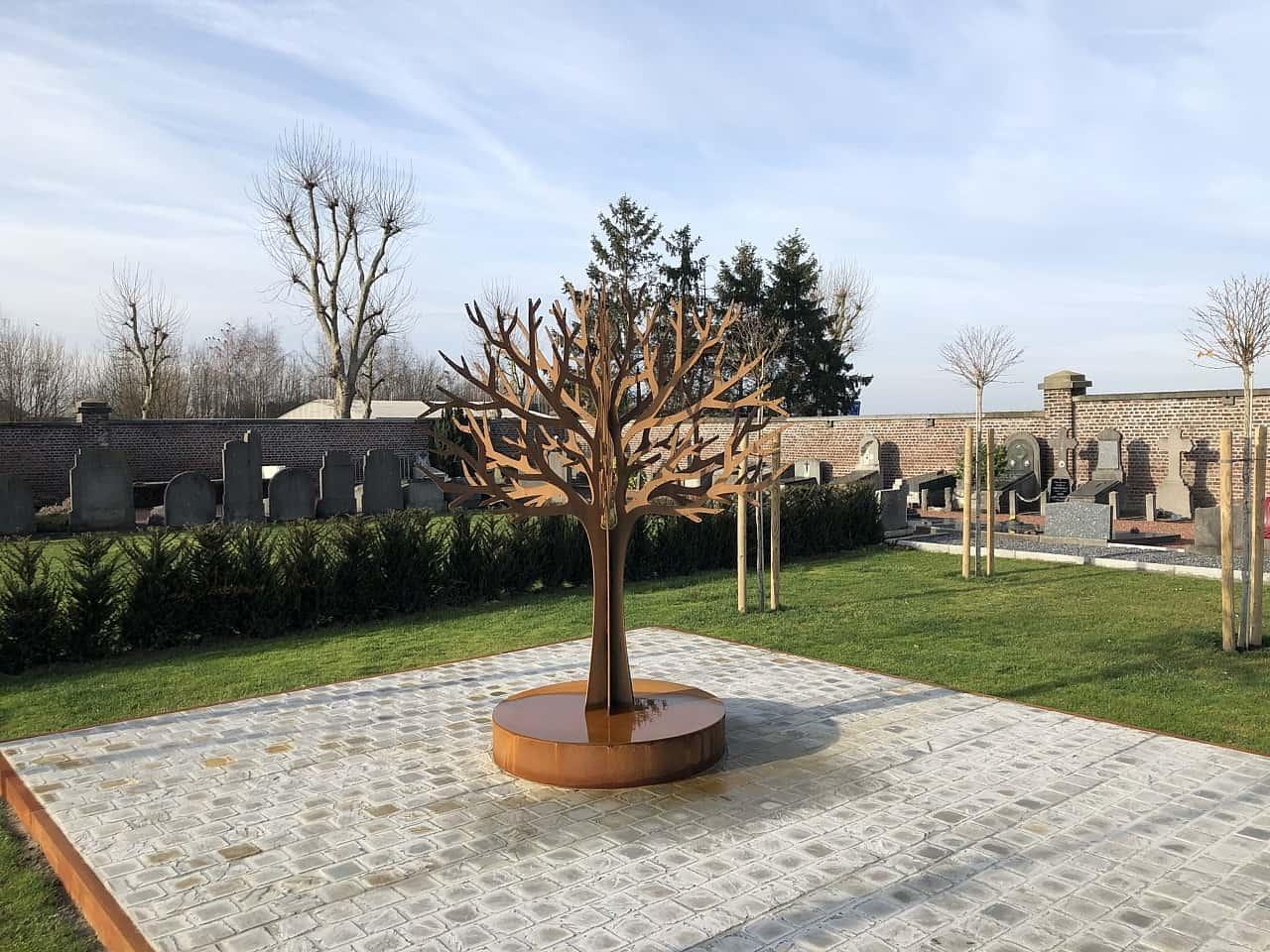 gedenkboom op begraafplaats Zaventem bij het nieuw aangelegde strooiveld